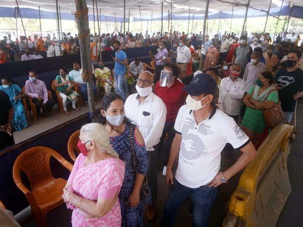 मुंबई के एक वैक्सीनेशन सेंटर के बाहर जमा भीड़।