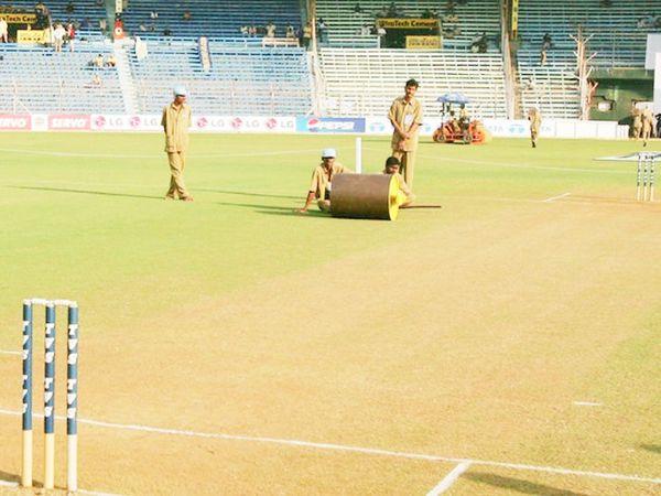 मुंबई के वानखेड़े स्टेडियम में पिच तैयार करता ग्राउंड स्टाफ।