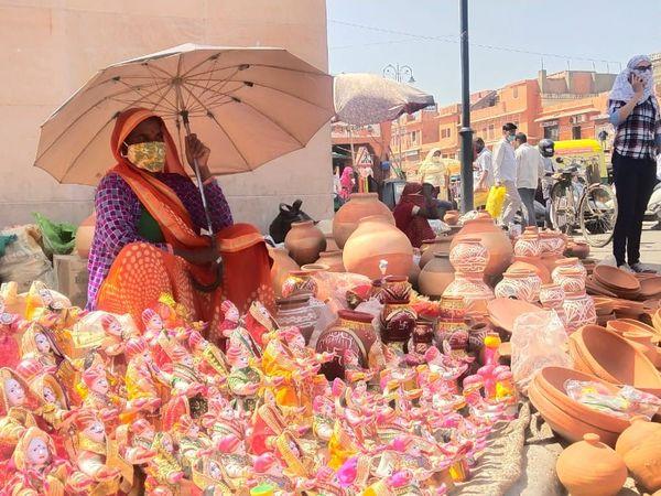 जयपुर में तपती धूप में ठंडे पानी के लिए मटके बेचती महिला। - Dainik Bhaskar