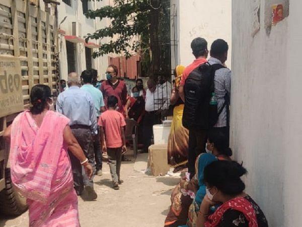 पटना के गर्दनीबाग स्थित अस्पताल में वैक्सीन लेने के लिए आई महिलाएं। - Dainik Bhaskar