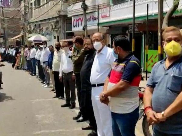 पटना सिटी में विरोध प्रदर्शन करते प्राइवेट स्कूल और कोचिंग सेंटरों के शिक्षक। - Dainik Bhaskar