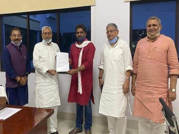 CM नीतीश कुमार ने राजकुमार सिंह को JDU की सदस्यता दिलाई। - Dainik Bhaskar