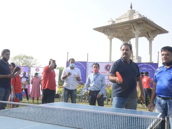 मंत्री प्रताप सिंह खाचरियावास टेबल-टेनिस खेलते हुए।