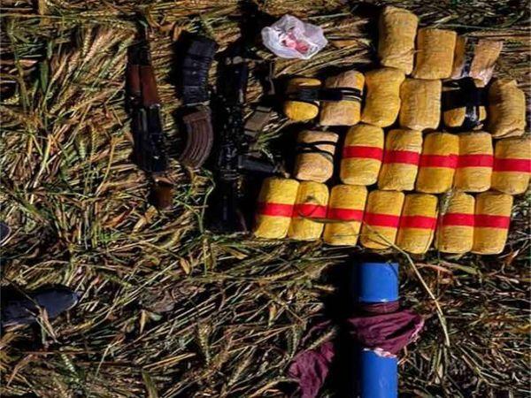 घुसपैठिये से बरामद हुई हथियारों और नशे की खेप। - Dainik Bhaskar