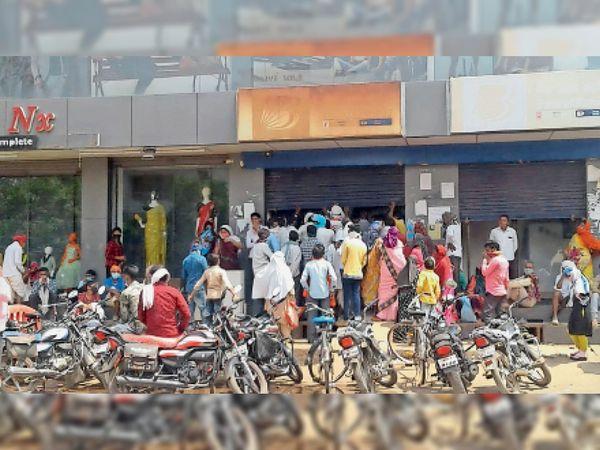 बैंक ऑफ बड़ौदा में ये भीड़ बढ़ाएगा संक्रमण, कोरोना को लेकर हालात को देखते हुए सोशल डिस्टेंसिंग पर जोर दिया जा रहा है पर लोग मान नहीं रहे। - Dainik Bhaskar