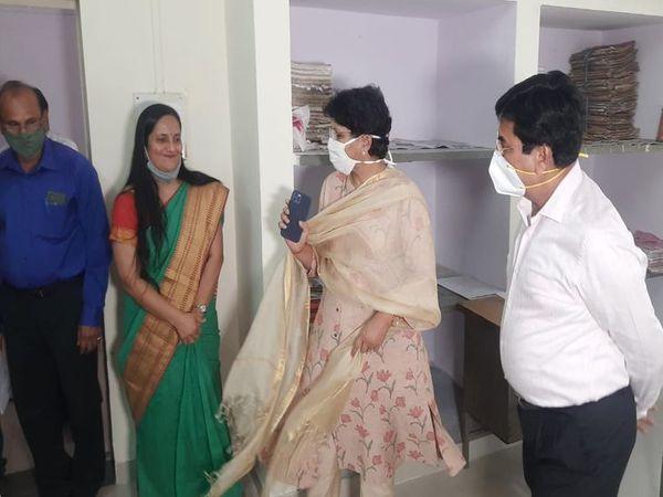 महिला संचालित कार्यालय का अवलोकन करतीं सम्भागीय आयुक्त डॉ. वीणा प्रधान