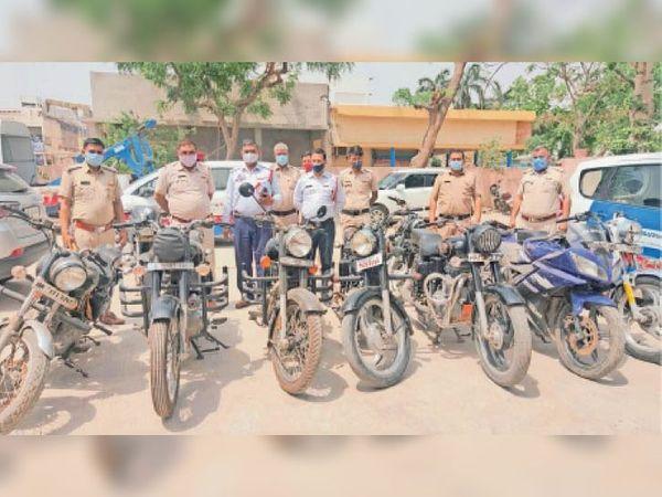 बहादुरगढ़ में ट्रैफिक पुलिस द्वारा पकड़ी गई बुलेट मोटरसाइकिल। - Dainik Bhaskar