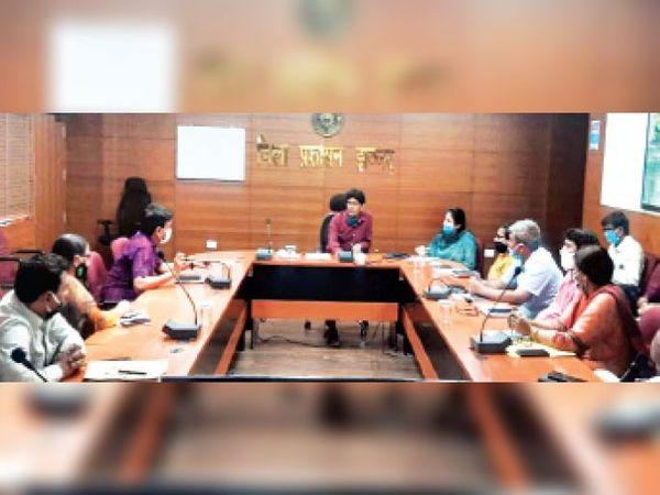 अधिकारियों की बैठक लेते एडीसी जगनिवास। - Dainik Bhaskar