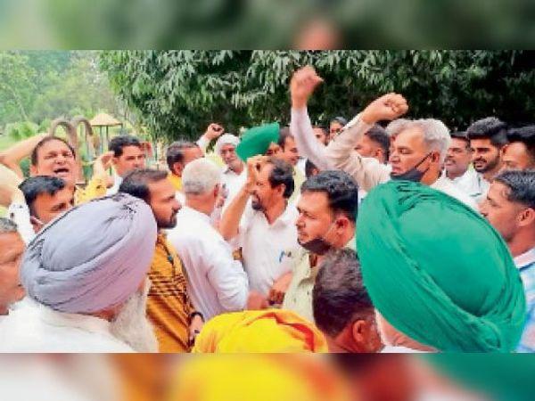गुहला चीका जजपा नेताओं के विरोध में नारेबाजी करते किसान। - Dainik Bhaskar