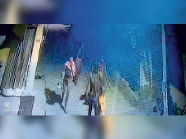 सीसीटीवी में कैद चोरों की तस्वीर। - Dainik Bhaskar
