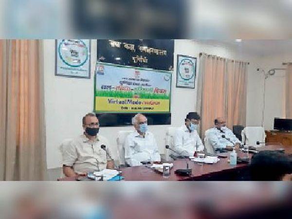 वीसी से जल-जीवन हरियाली अभियान की समीक्षा में बैठे अधिकारी। - Dainik Bhaskar