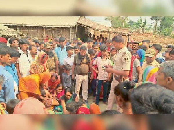 घटनास्थल पर छानबीन करती पुलिस व ग्रामीणों की भीड़। - Dainik Bhaskar