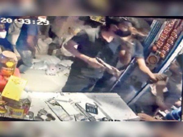 सीसीटीवी में कैद हथियार दिखाकर लूटपाट करते अपराधी। - Dainik Bhaskar
