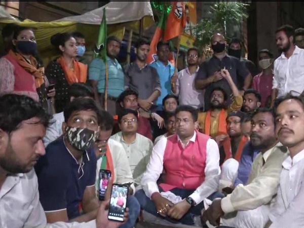 दिलीप घोष पर हुए हमले के बाद BJP नेता सौमित्र खान ने पार्टी कार्यकर्ताओं के साथ कोलकाता में चुनाव आयोग के ऑफिस के सामने प्रदर्शन किया।