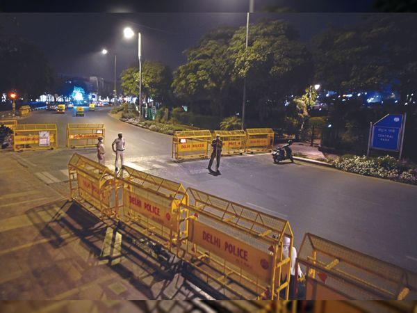 मंगलवार रात करीब 10 बजे कनॉट प्लेस की सड़कें सुनसान दिखाई दी - Dainik Bhaskar