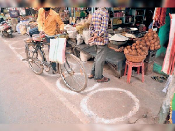 ये गोले किस काम के...  प्रशासन ने आदेश दिए तो दुकानदारों ने दुकानों के बाहर गोले तो बना लिए पर इन पर गोलाें पर कोई ग्राहक खड़ा नहीं होता। - Dainik Bhaskar