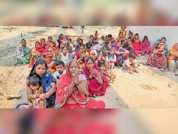 लाल दरवाजा में मुआवजा के लिए हाथ बांधकर धरना पर बैठी महिलाएं। - Dainik Bhaskar
