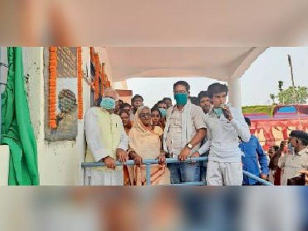 एडिशनल पीएचसी का उद्घाटन करते विधायक और मुखिया। - Dainik Bhaskar