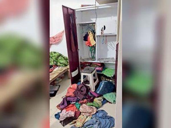 चोरी के बाद सहायक प्रबंधक के घर में बिखरे पड़े सामान। - Dainik Bhaskar