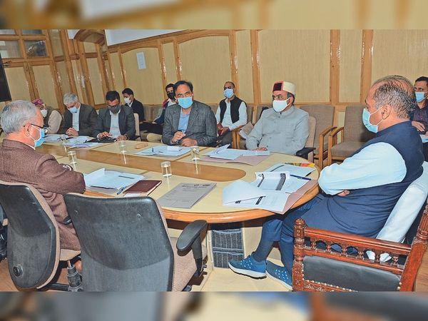 कोविड की स्थिति की समीक्षा बैठक की अध्यक्षता करते सीएम जयराम। - Dainik Bhaskar