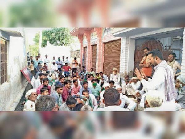 कलेक्ट्रेट पर आंदोलन के तहत गांव में सभा को संबोधित करते किसान सभा पदाधिकारी। - Dainik Bhaskar