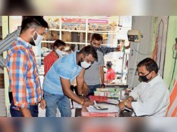 सुमेरपुर में दुकान का चालान काटा। - Dainik Bhaskar