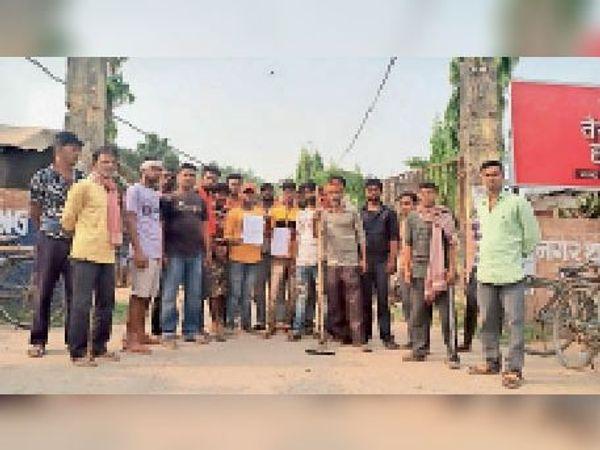 नगर थाने में आवेदन देने पहुंचे सफाई कर्मचारी। - Dainik Bhaskar