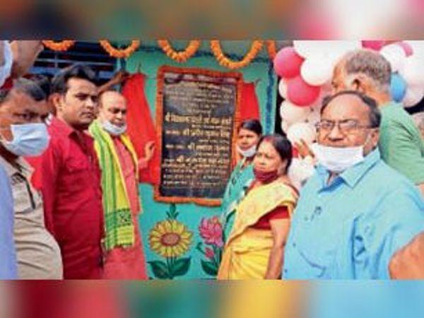 सहबाजपुर में आंगनबाड़ी केंद्र का उदघाटन करते विधायक व अन्य। - Dainik Bhaskar