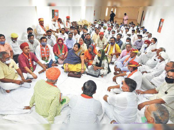 बाड़मेर. भाजपा के स्थापना दिवस पर होटल में आयोजित कार्यक्रम में उपस्थित भाजपाई । - Dainik Bhaskar