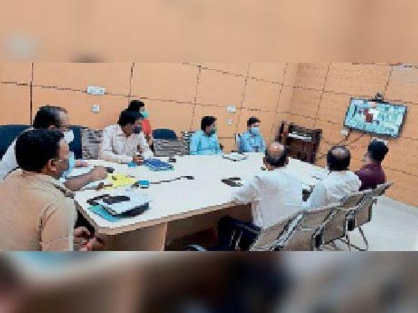 वीडियो कांफ्रेंसिंग में शामिल डीएम, एसपी व अन्य पदाधिकारी। - Dainik Bhaskar