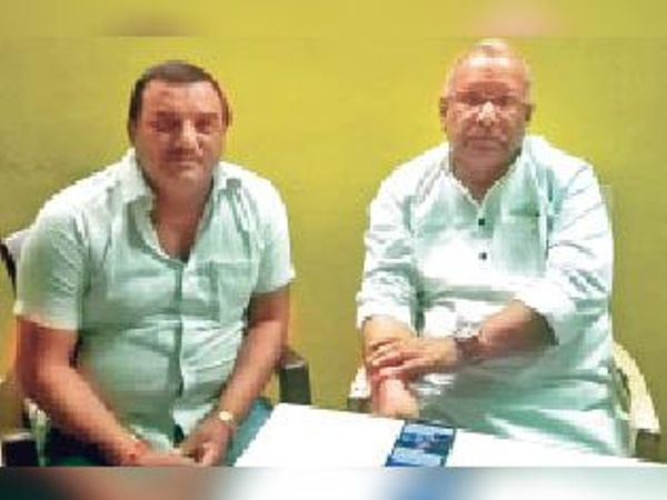 डिप्टी सीएम को आवेदन देने पहुंचे इंटक के जिलाध्यक्ष। - Dainik Bhaskar