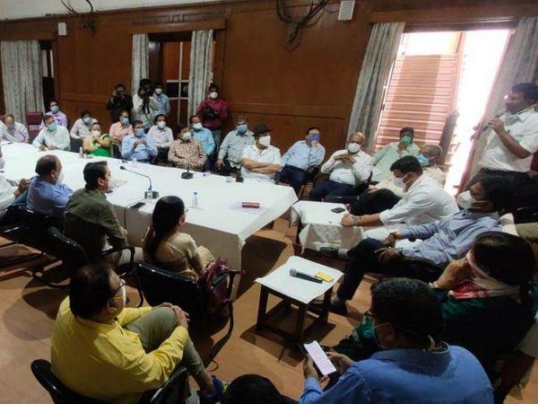 बैठक में कलेक्टर मनीष सिंह ने जिले के हालातों के बारे में सभी को जानकारी दी। - Dainik Bhaskar
