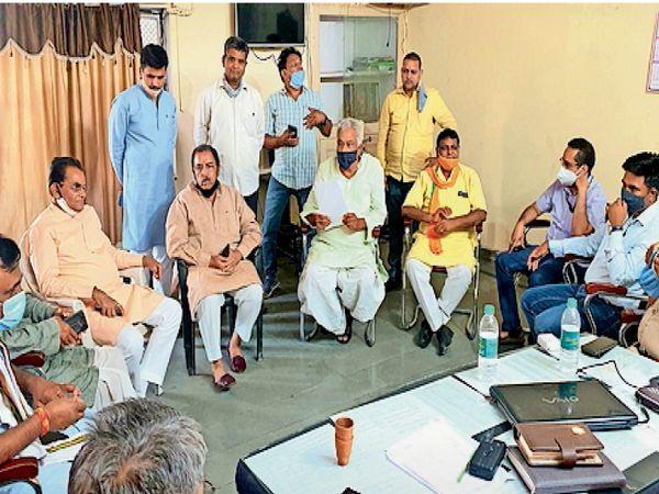 अधिकारियों से वार्ता करते पूर्व मंत्री व सांसद। - Dainik Bhaskar