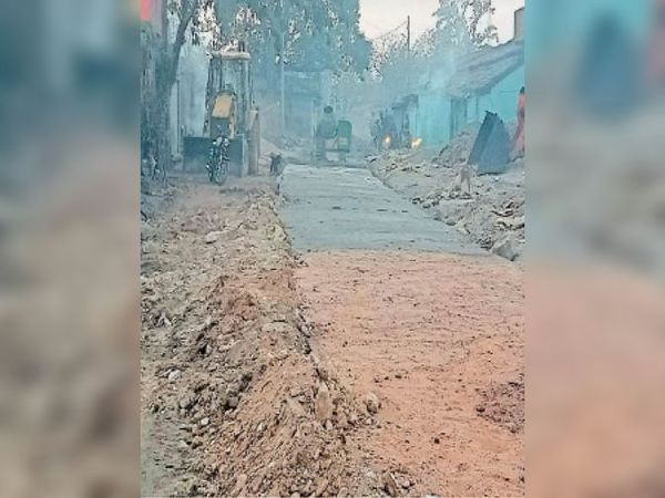 चमातू ग्राम बनाया जा रहा घटिया पीसीसी पथ। - Dainik Bhaskar