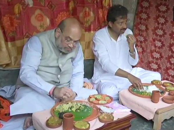 गृहमंत्री अमित शाह ने दोमजुर में रिक्शा चालक के घर खाना खाया। वे पश्चिम बंगाल में ताबड़तोड़ रैलियां कर रहे हैं। - Dainik Bhaskar
