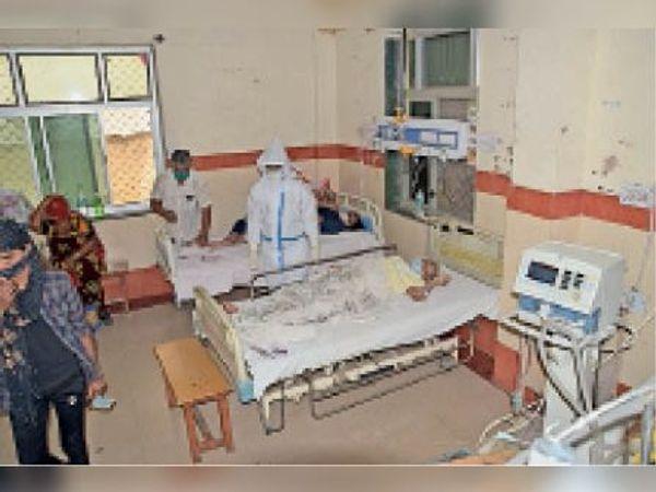 कोविड वार्ड में अब मरीजों के परिजनों को पहनना पड़ेगा पीपीई किट। - Dainik Bhaskar
