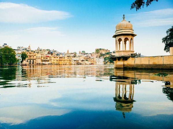 उदयपुर की पिछौला झील का दृश्य।