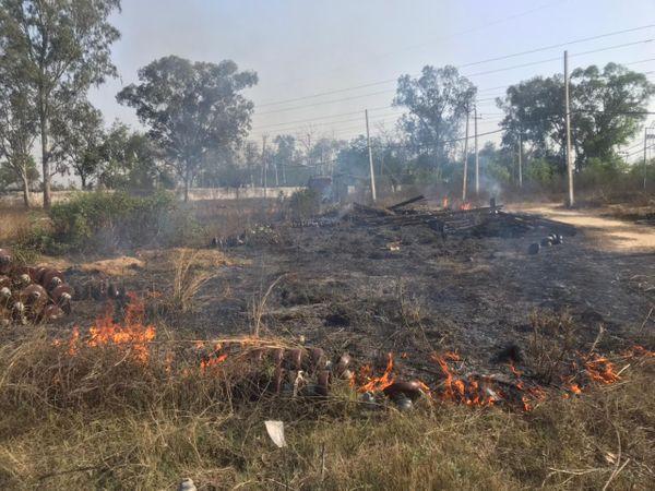 पावरकॉम कर्मचारियों द्वारा घास-फूस को लगाई आग। - Dainik Bhaskar
