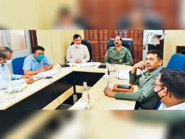 अम्बाला   एयरफोर्स अधिकारियों के साथ बैठक करते डीसी अशोक शर्मा। - Dainik Bhaskar
