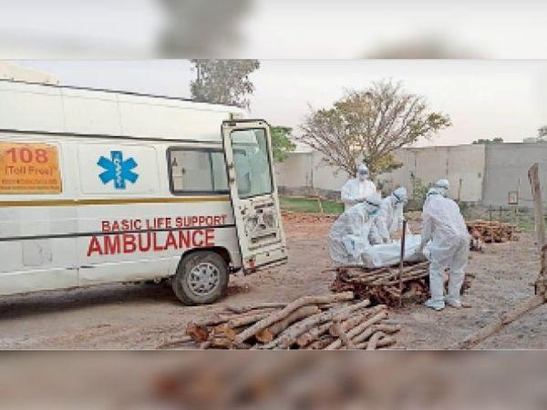 अम्बाला सिटी| रामबाग में काेराेना मरीज का संस्कार करते निगम कर्मी। - Dainik Bhaskar