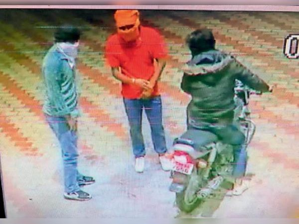 वारदात से पहले खड़े लुटेरे। (इनसेट) लुटेरों की बाइक का नंबर '7556'। - Dainik Bhaskar
