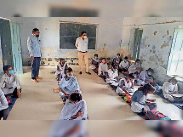 कोविड नियमों का निरीक्षण करने पहुंचे जिला शिक्षा अधिकारी। - Dainik Bhaskar