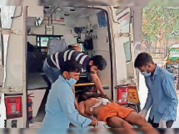 रेफर करने के बाद चंदनपुरी को एंबुलेंस में शिफ्ट करते स्वास्थ्य कर्मचारी। - Dainik Bhaskar