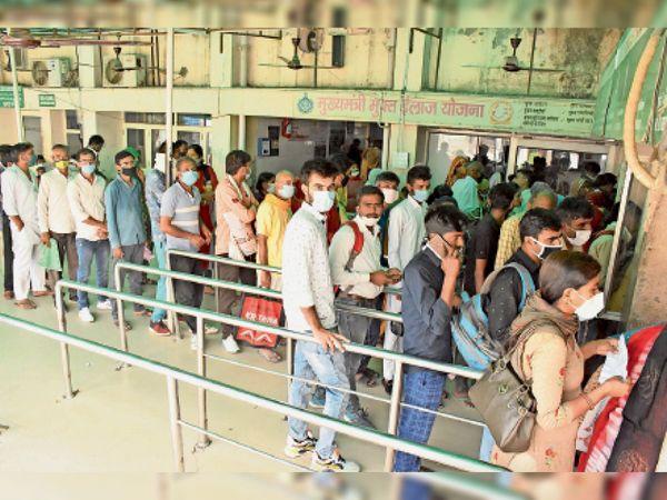हिसार सिविल हॉस्पिटल में जहां पर पंजीकरण होता है वहीं पर लोगों की लगी भीड़। - Dainik Bhaskar