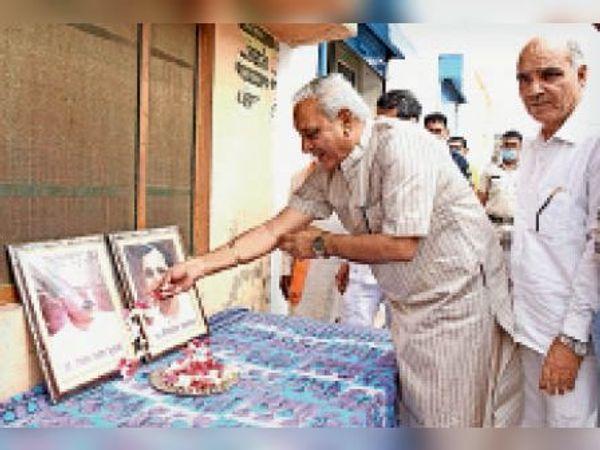 भाजपा के स्थापना दिवस पर कार्यक्रम में उपस्थित डिप्टी स्पीकर। - Dainik Bhaskar
