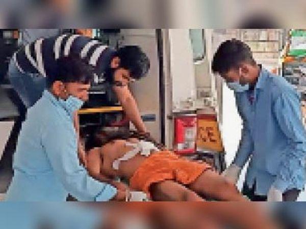 रेफर के बाद चंदनपुरी को एंबुलेंस में शिफ्ट करते स्वास्थ्य कर्मी। - Dainik Bhaskar