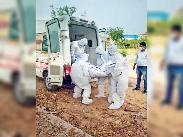 कलायत| कोरोना संक्रमित का रामबाग में संस्कार करते कर्मचारी। - Dainik Bhaskar