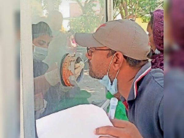 सेहत विभाग की टीम संदिग्ध लोगों के सैंपल लेती हुई - Dainik Bhaskar