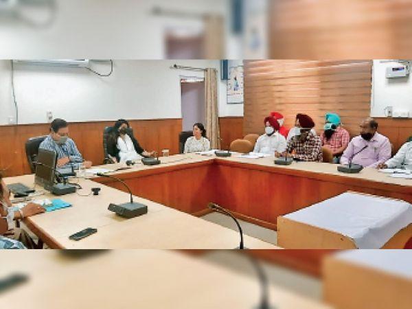 गेहूं की खरीद को लेकर बैठक करतीं डीसी दीप्ति उप्पल, साथ हैं एडीसी (विकास) एसपी आंगरा व अन्य। - Dainik Bhaskar