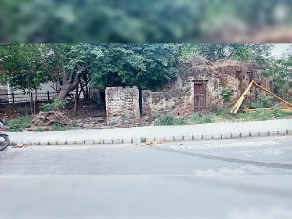 गांधी चौक के पास पड़ी खाली जगह। - Dainik Bhaskar